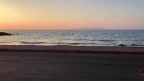 Kalme oceaan bij zonsondergang stock footage