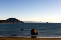 Kalme Oceaan en Ruwe Kustlijn Royalty-vrije Stock Foto