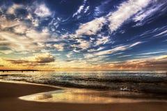 Kalme oceaan onder dramatische zonsonderganghemel Royalty-vrije Stock Foto