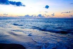 Kalme oceaan op tropische zonsopgang stock afbeelding