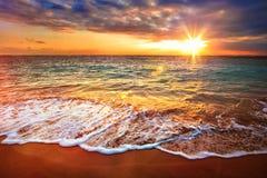 Kalme oceaan tijdens tropische zonsopgang stock afbeelding