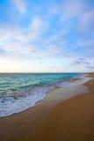 Kalme oceaan tijdens zonsopgang stock fotografie