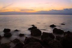 Kalme Ochtend in Rocky Tropical Beach, Filippijnen Royalty-vrije Stock Afbeelding