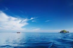 Kalme overzees en blauwe hemel, Thailand Stock Foto's