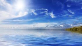 Kalme overzees en blauwe hemelen stock foto's