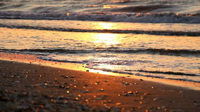 Kalme overzees en kust bij zonsopgang of zonsondergang stock video