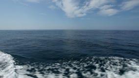 Kalme overzees of oceaanmening van zich kleine boot het bewegen stock video