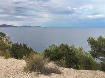 Kalme overzees tijdens de zomeravond in Cala Llonga, Ibiza royalty-vrije stock foto's