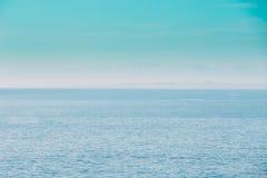 Kalme Overzeese Oceaan en Blauwe Duidelijke Hemelachtergrond Zacht Blauwe Kleur Stock Afbeeldingen