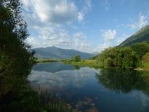 Kalme rivier in stad Plav, Montenegro Stock Fotografie