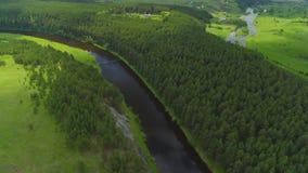 Kalme rivier, varende boot stock video