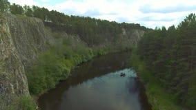 Kalme rivier, varende boot stock footage