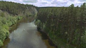 Kalme rivier, varende boot stock videobeelden