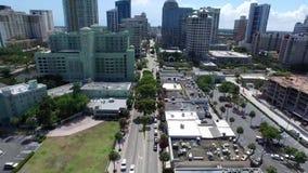 Kalme straatweg in de moderne architectuur lange gebouwen van de binnenstad van cityscape van Florida in mooie lucht4k hommelmeni stock video