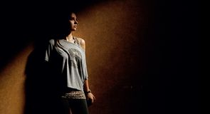 Kalme vrouw in donkere plaats Stock Foto