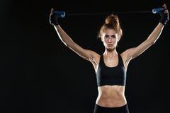 Kalme Vrouwelijke vechter die expander gebruiken Royalty-vrije Stock Afbeeldingen