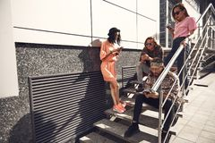 Kalme vrouwen en mannetjes die mobiles gebruiken stock afbeeldingen