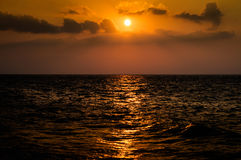Kalme Warme Oceaanzonsondergang Stock Afbeelding