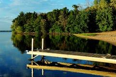 Kalme Wateren bij Strongs-het Dok van de Prairieboot royalty-vrije stock afbeeldingen