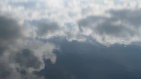 Kalme waterspiegel, slechts kleine die golven, hemel daarin wordt weerspiegeld stock videobeelden