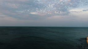 Kalme zonsondergang in overzees Panorama stock video