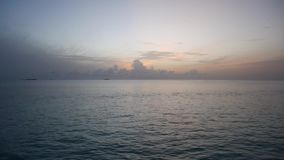 Kalmerend landschap van de oceaanzonsopgang van de Maldiven stock footage