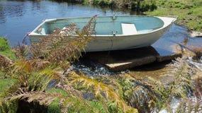 Kalmte op een stille rivier op een de zomersdag Stock Afbeelding