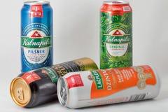 Kalnapilis och Lacplesis litauiskt högvärdigt öl på vit Fotografering för Bildbyråer
