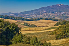 Kalnik Gebirgslandschaft - Felder und Landschaft Stockfotografie