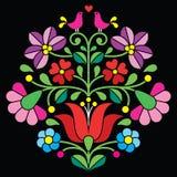 Kalocsai-Stickerei - ungarisches Blumenvolksmuster auf Schwarzem Lizenzfreie Stockfotos
