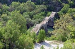 Kalogeriko tredubblar den välvda stenbron, Epirus, Grekland arkivbild