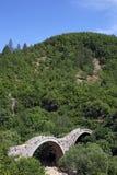 Kalogeriko välva sig stenbrolandskapet Zagoria royaltyfria foton