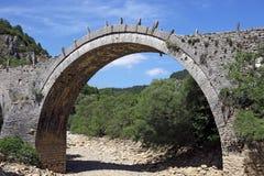 Kalogeriko välva sig stenbron Zagoria royaltyfri bild