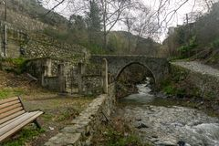 Kalopanagiotis, distrito de Nicosia/Chipre - em fevereiro de 2019: A ponte Venetian em Kalopanayiotis imagens de stock