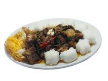 Kalopets stekte med chili och basilika, med det stekte ägget och ris arkivfoto
