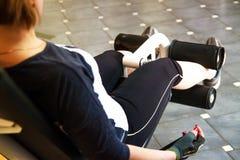 Kalorier som bränner, sjukligt fet kvinnlig person i sportklubban, fett-bränning royaltyfria foton