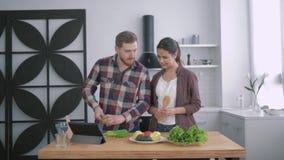 Kalorikontroll, den lyckliga flickan med grabben förbereder hälsosamt äta av grönsaker, och gräsplaner enligt bantar planet för stock video