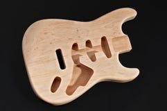 Kalt trä eller oavslutat kroppträ för elektrisk gitarr, med mellanrumet bo arkivfoto