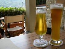 Kalte Biere der Sommerzeit draußen Lizenzfreie Stockfotografie