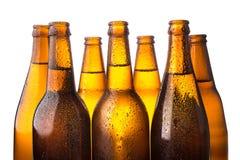 Kalte Bierflasche gestapelt auf weißem Hintergrund Stockfoto