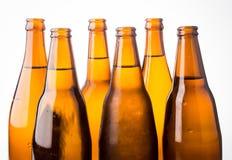 Kalte Bierflasche gestapelt auf weißem Hintergrund Stockfotografie