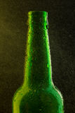 Kalte Bierflasche mit Tropfen auf Schwarzem Stockfotos