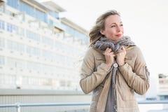 Kalte blonde Stellung und Denken Stockfoto