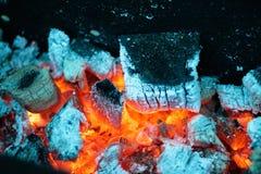 Kalte Farben einer brennenden Kohle lizenzfreie stockbilder