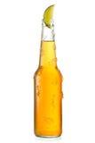 Kalte Flasche Bier mit Kalk Stockfotografie