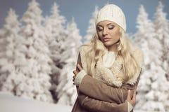 Kalte Frau mit Winterkleidung stockbild