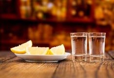 Kalte Gläser Wodka mit Scheiben der Zitrone Lizenzfreie Stockfotografie