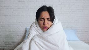 Kalte Grippe-Saison, laufende Nase Krankes M?dchen auf Bett niesend im Taschentuch im Schlafzimmer stock footage
