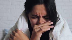 Kalte Grippe-Saison, laufende Nase Krankes M?dchen auf Bett niesend im Taschentuch im Schlafzimmer stock video footage