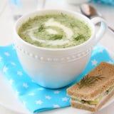 Kalte Gurkejoghurtsuppe mit Dill und Gurkensandwich Stockfotografie